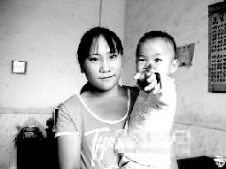 越南女孩杨金美与她的中国孩子。