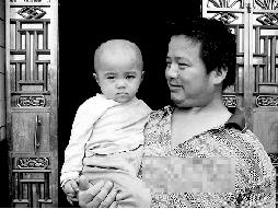 胡建和与两岁女儿胡蝶。他说,希望马正芬能看到这张照片,早日回家。