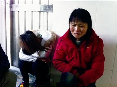 对于丈夫的死,其妻孙小莲(图右)十分诧异,贫穷的生活又添一层悲痛 东莞时报记者 顾翔 摄