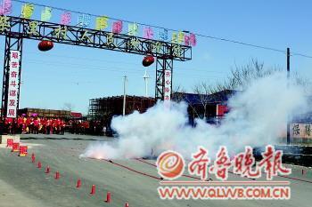 25日,柴里村民在村口放起了庆祝鞭炮。 本报通讯员 邱玉岭 摄
