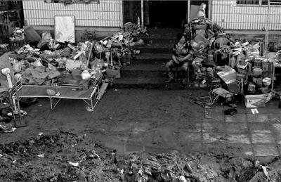 <b>超市内的食品和日用百货被洪水冲毁。</b>