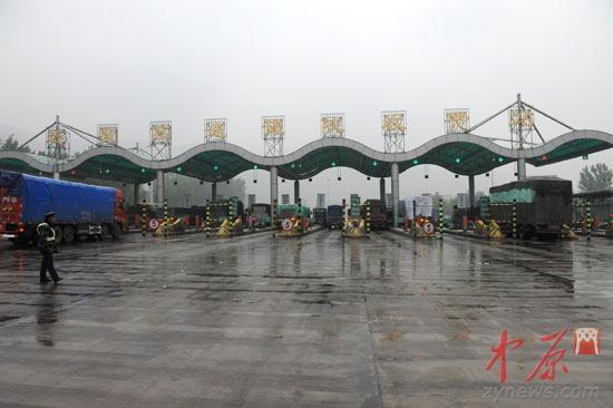 """车队在豫陕高速收费站被""""拦下"""""""