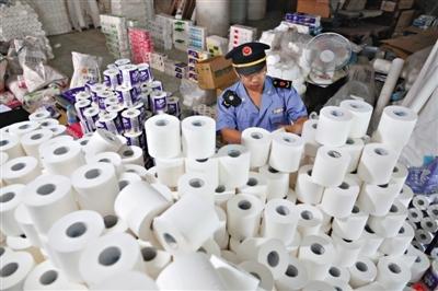 执法人员共查出各类品牌卫生纸13种9160卷,20余名执法队员花了足足4个