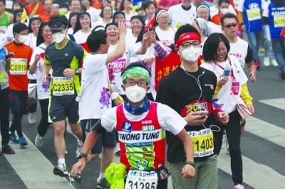 昨天北京马拉松比赛现场,不少人戴着口罩参赛.图片来自网络-南京图片