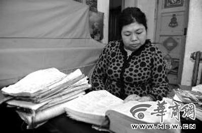 李艳芝用的两本《英汉大词典》上画满了笔迹 华商报记者 赵彬 摄