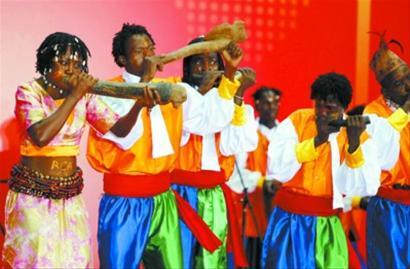 中非共和国馆日举行 木雕和美画展示精湛艺术