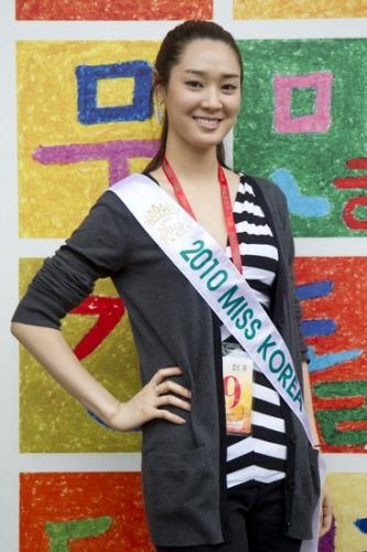 六位韩国小姐昨日参观世博韩国馆