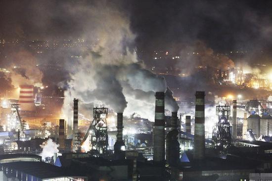 迁安市的西面钢铁厂一家连着一家,灯火通明的钢城,夜间排放污染更严重。