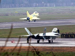 外媒抹黑中国新版歼20 称抄袭美F35