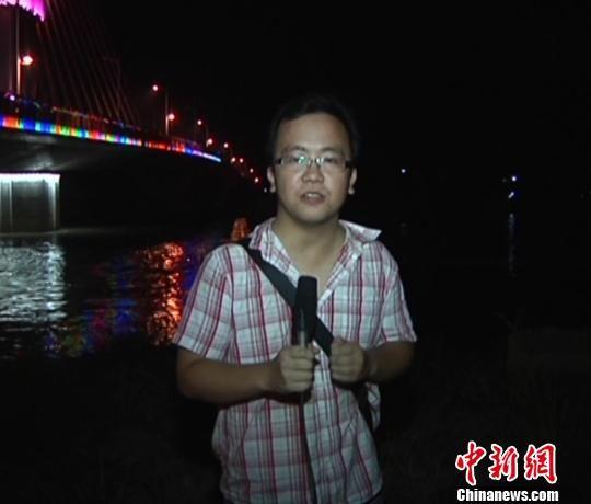图为记者阳洋8月27日晚出事前的出镜报道视频截图。 视频截图 摄