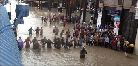 毛里求斯首都路易港爆发特大洪水,引发城市恐慌。