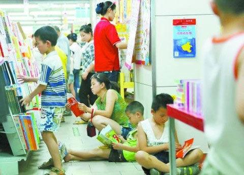 市民在超市图书区看书乘凉(图片来源:大河报)