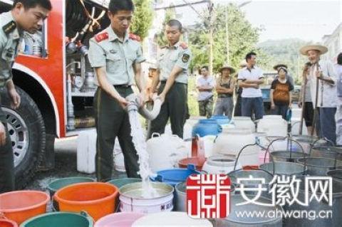 8月9日下午消防车到石台县七都镇地区送水,村民暂解燃眉之急。(图片来源:安徽网)