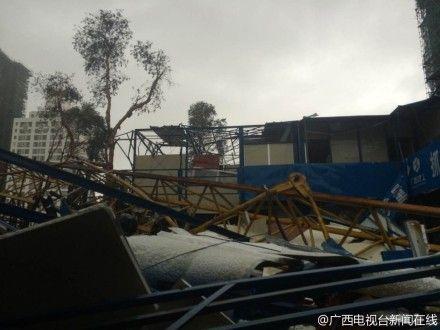 台风威马逊已经在北海造成伤亡,一个百米塔吊拦腰折断匝中。图@广西电视台新闻在线
