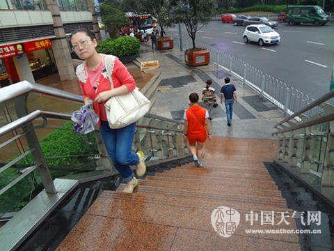 9月27日,在重庆主城区,降雨短暂停歇,地面较为湿滑。