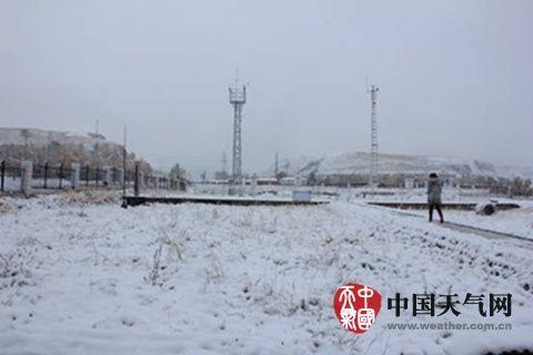 10日凌晨,甘肃肃南县迎来入秋后首场降雪。