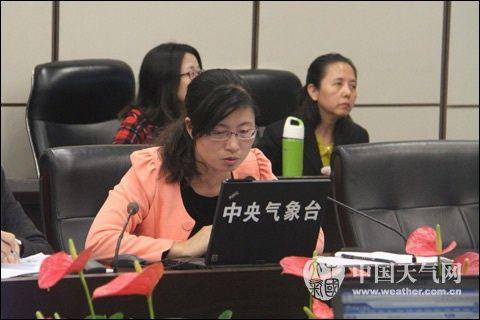 10月17日早晨,中央气象台首席预报员张芳华主持天气会商。(摄/大康)
