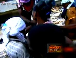 海地民众废墟中救出被困超过18小时女孩