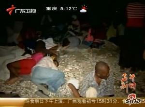 大批海地灾民夜晚露宿街头
