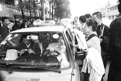 70岁老军人报名当志愿者被拒后落泪