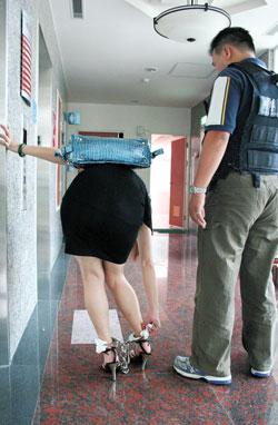 娇嗲v紧身紧身遭警抓脚铐磨皮频频要润滑剂(图连体情趣女子泳衣美女图片