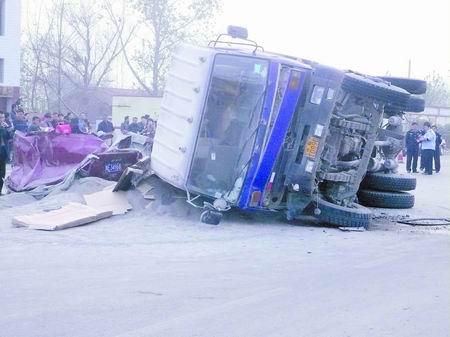 昨日下午3时40分许·安阳 车祸发生乡亲徒手救援
