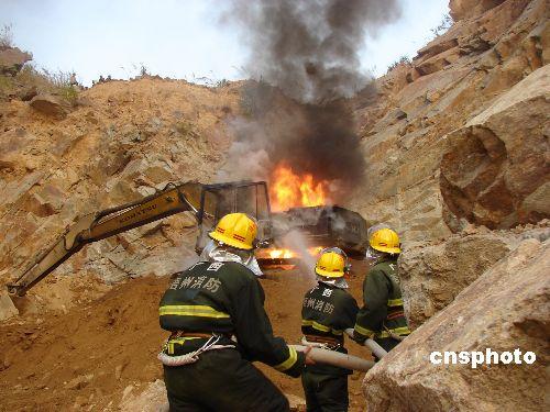 图:广西采石场钩机突然起火险爆炸