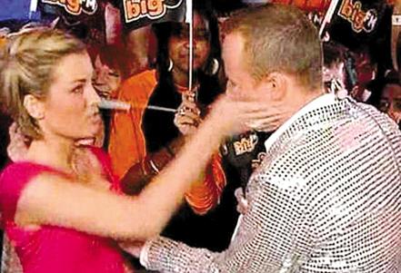 操淫荡女同事_据英国媒体报道,一名德国电视男主持人在电视直播中对女同事摸胸而