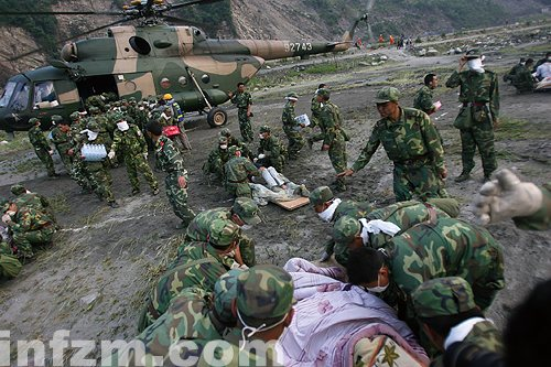 汶川地震,解放军战士运送伤员. 图/本报记者 翁洹-兵马未动 军法先