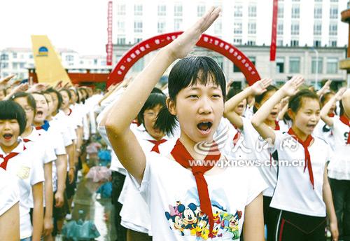 实验小学同学们向国旗敬礼并庄严宣誓.本报记者梁振堂摄-热爱祖国图片