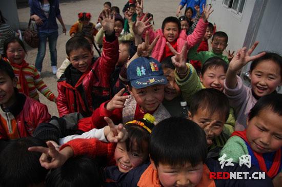 (抢镜。)   再过几天,常立龙又要去四川绵竹的九龙小学了,上一次去看那些孩子们,还是半年前。   24岁的常立龙在成都一家私企工作,遭受地震后的九龙小学,是公司的对口援助学校。今年3月,公司组织员工去做志愿者,为板房里的孩子们义务讲课。有同事教唱歌,有同事教英语。喜爱摄影的常立龙,则用公司送给九龙小学的电脑,教孩子们一些简单的图片处理技巧。(链接网址:常立龙选送的漂亮笑脸照)   绵竹是5.