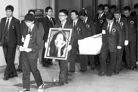 成奎安去世葬礼现场; 成奎安长久不闭眼舍不得儿子在线视频; 成奎安