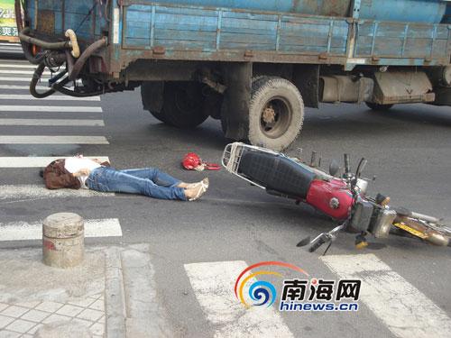 海口滨海大道发生车祸:一女子当场丧命图