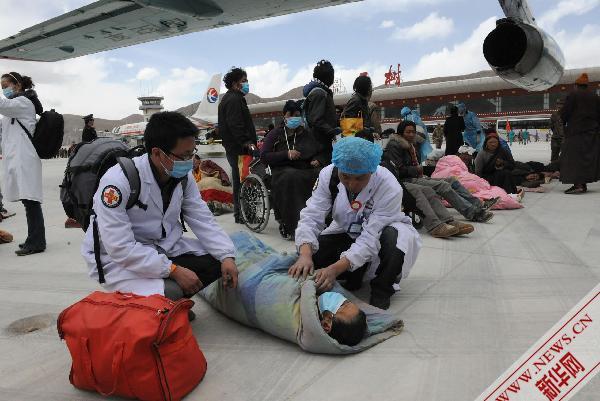 近两千名地震伤员得到转运救治(组图)