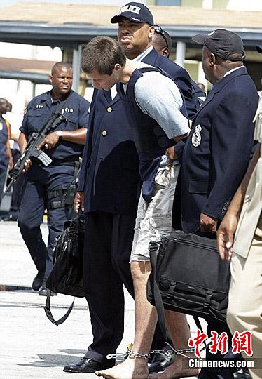 记者看到,这名19岁的大男孩果真光着脚.-美国 赤脚神偷 光脚被抓