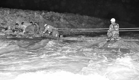 河上架起生命桥 5名遇险工人获救