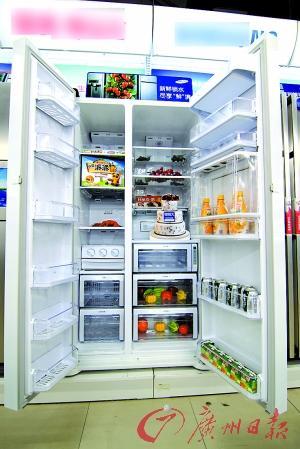 大图:如今的冰箱很注重人性化的内部结构设计。小图:市面上平价的多门冰箱越来越多。 进入4月份,夏天就快到了,没有一款好冰箱如何度炎夏?记者近日走访佛山各家电卖场时看到,看冰箱的市民比前期明显增多,不少人都在找今年的新品。记者发现,今年上市的新品以3门以上冰箱最抢眼,风冷式制冷方式成为主流,同时各品牌在保鲜、无霜技术方面展开比拼。