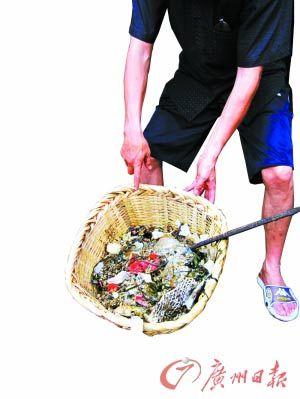 东莞作坊用化粪池水熬地沟油原料残渣有卫生巾