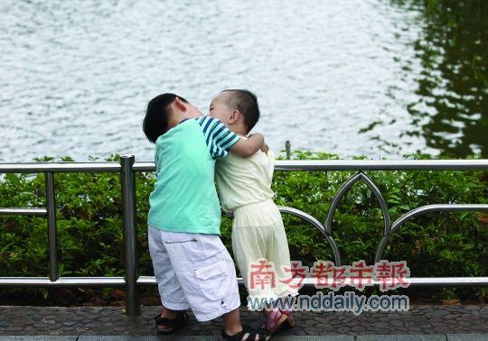 10岁小女孩接吻女生和小女孩接吻00后小女孩脸右侧男孩头像图片