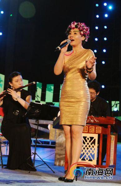 龚琳娜现场献唱《忐忑》(南海网记者 张茂 摄)-澄迈盈滨龙水节晚会