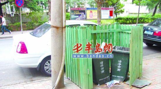7月12日,记者路过市南区太湖路时,发现几个垃圾桶的围栏被人损坏了 ,其中一个围栏的门被完全卸了下来。一位大娘猜测说,围栏的门被人卸了 ,可能是觉得扔垃圾不太方便,才这么做的。市南区环卫部门表示,正在联系围栏厂家准备修理。记者 李伟伟 摄