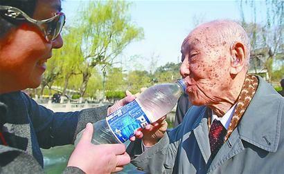 93岁日本老八路,回到济南为战友扫墓 当年被