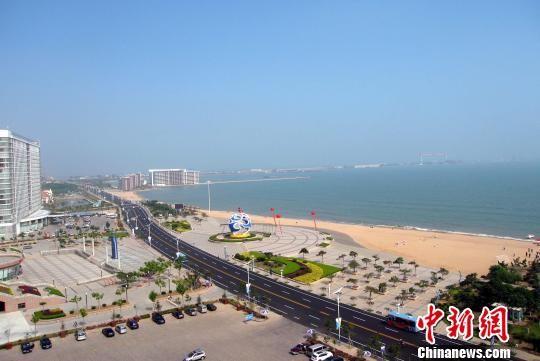 青岛和威海三市的中心地带,地处黄海之滨,有万米金沙滩.