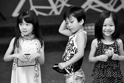 2日,几名儿童模特在展示少数民族妇女制作的手工艺品.