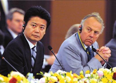 日本外相玄叶光一郎(前左)和阿富汗代表出席阿富汗重建问题国际会议.