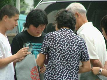 袋客开展环保袋普及状况调查第一站:上海南京路
