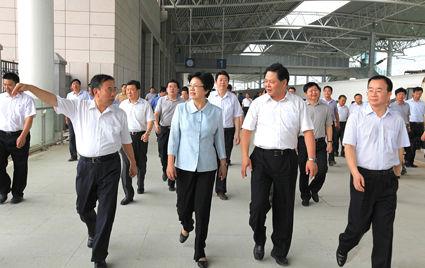 图为李斌,詹夏来在市领导杨振超,曹勇陪同下慰问淮南东站施工人员