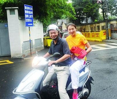 """奥运冠军许安琪坐着摩托去""""上课"""""""