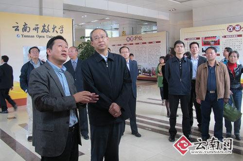 员陪同下对云南广播电视大学干部在线学习学院进行调研.记者-高佛