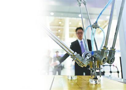 济南展区展出的轻巧型高速并联机械手可通过摄像头感